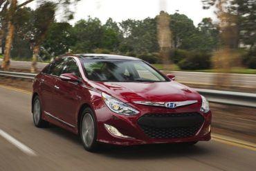 HyundaiSonataHybridFrontInMotion