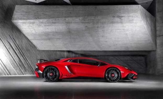 Lamborghini Aventador SV Right Side