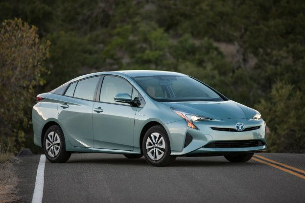 2016_Toyota_Prius_Three_01