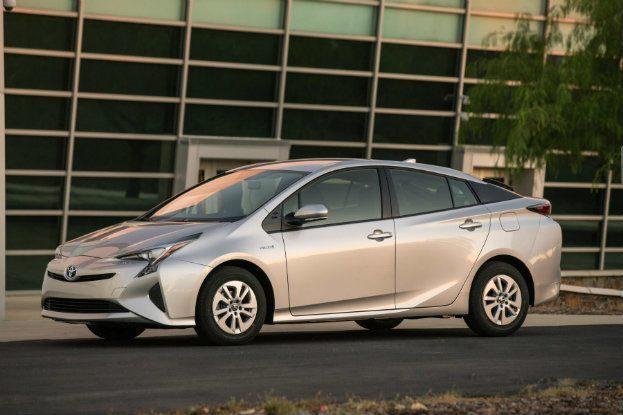 2016_Toyota_Prius_Two_01