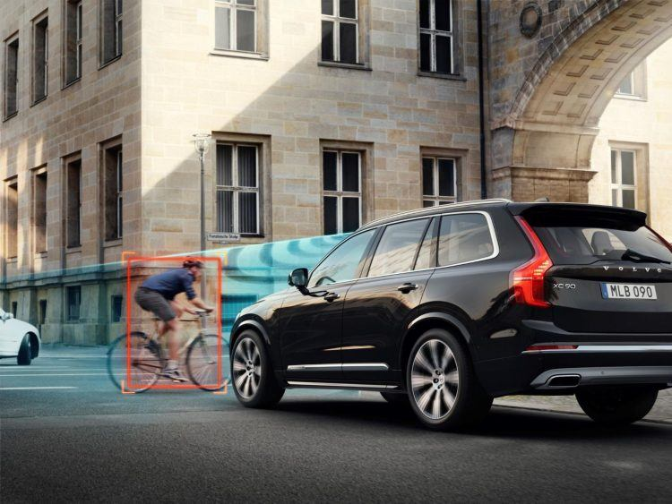 253952 Volvo Cars and POC develop world first car bike helmet crash test