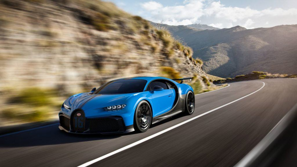 A split paintwork design is optional for the Chiron Pur Spot. The entire bottom third of the vehicle features exposed carbon fiber to make it appear lower.